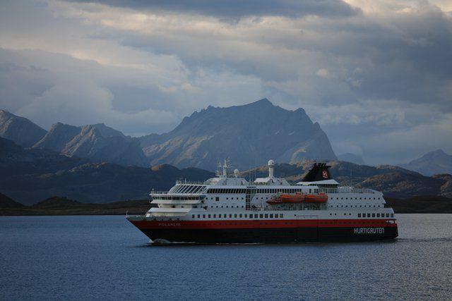MS Polarlys zwischen Örnes und dem Polarkreis - © Hurtigruten