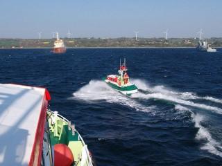 """Tochterboot CHRISTIAN des Seenotkreuzers HERMANN RUDOLF MEYER der DGzRS bei der internationalen Seenotrettungsübung """"Baltic SAREX"""" in der Ostsee vor Bornholm auf dem Weg zu einem """"Havaristen"""", dargestellt von einem dänischen Mehrzweckschiff © DGzRS"""