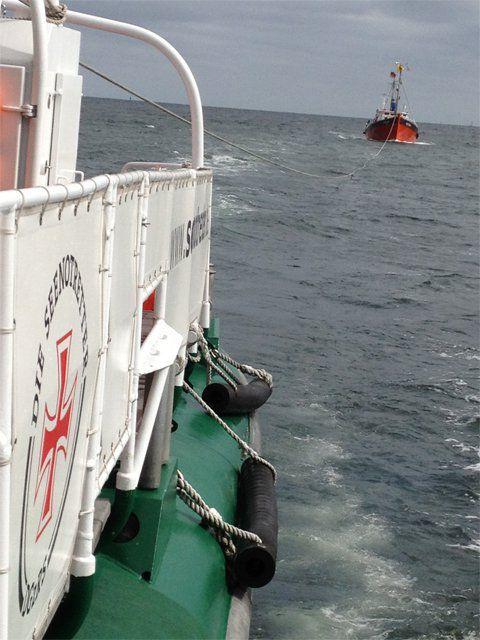 Vom Seenotkreuzer BERLIN/Station Laboe wurde ein manövrierunfähiger Angelkutter mit 17 Personen an Bord aus dem Schifffahrtsweg der Kieler Förde geschleppt. Bildquelle: DGzRS
