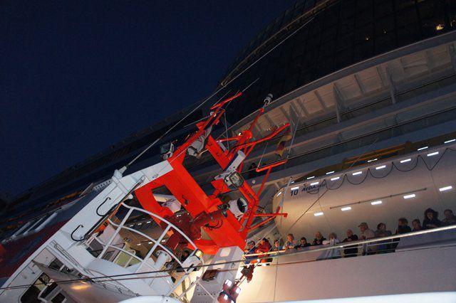 Seenotretter holen erkrankten Passagier von der AIDAmar - Bildquelle: DGzRS