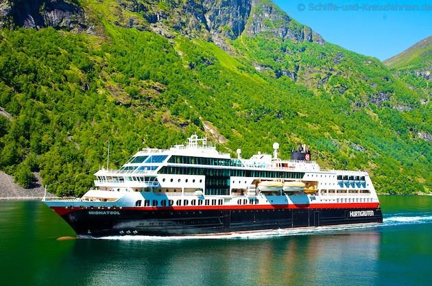 MS Midnatsol im Geiranger Fjord unter den sieben Schwestern