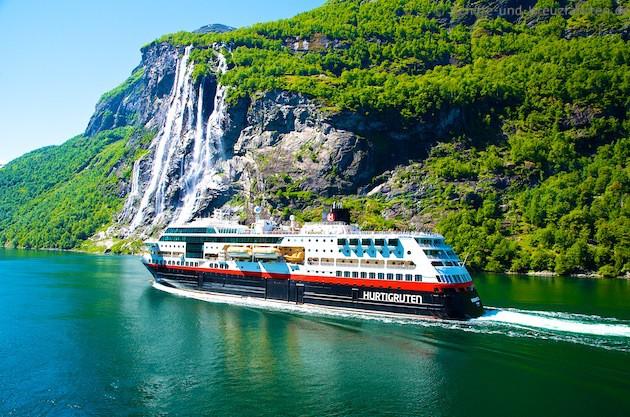 MS Midnatsol von Hurtigsten im Geiranger-Fjord vor den sieben Schwestern 27