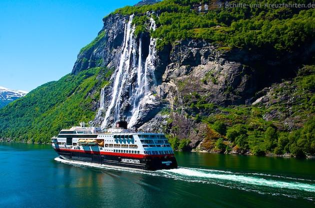 MS Midnatsol von Hurtigsten im Geiranger-Fjord vor den sieben Schwestern