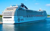 Video: MSC Poesia reisst sich von der Pier los in Kiel