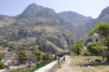 Mauer entlang des Flusses Kotor