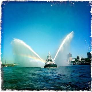 Azamara Quest - Erstanlauf in Hamburg mit Löschboot