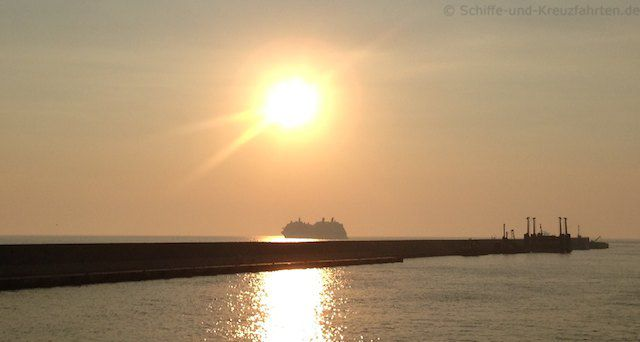 Celebrity Silhouette (baugleich zur Celebrity Reflection) unter der Abensonne
