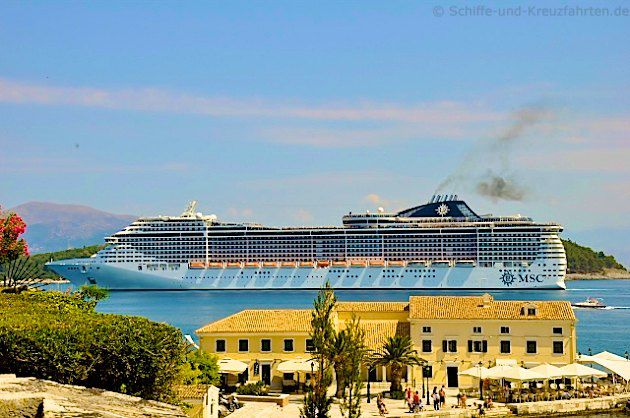 MSC Fantasia  vor Korfu