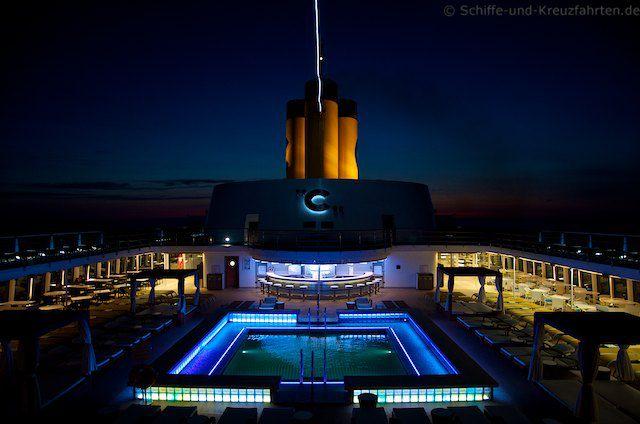 Pooldeck der Costa neoRomantica bei Nacht