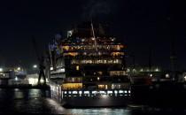 Bilder: AIDAblu bei Nacht im Hamburg September 2011