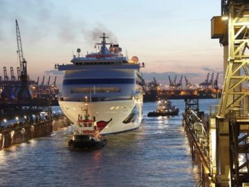 AIDAcara wird ins Dock gezogen / © AIDA Cruises