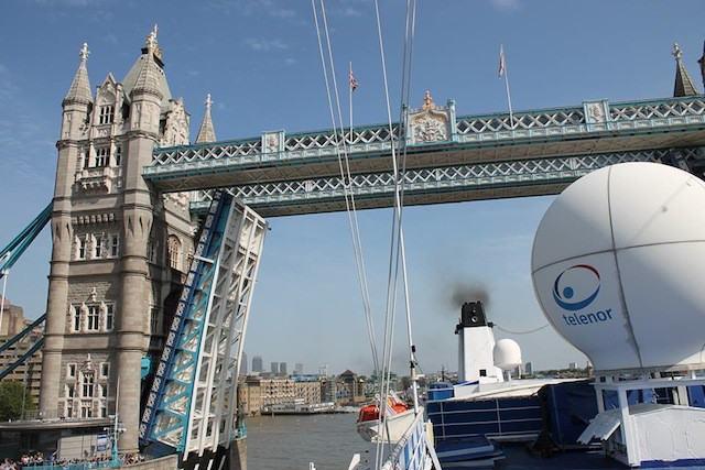 MS Berlin vor der Tower Bridge in London