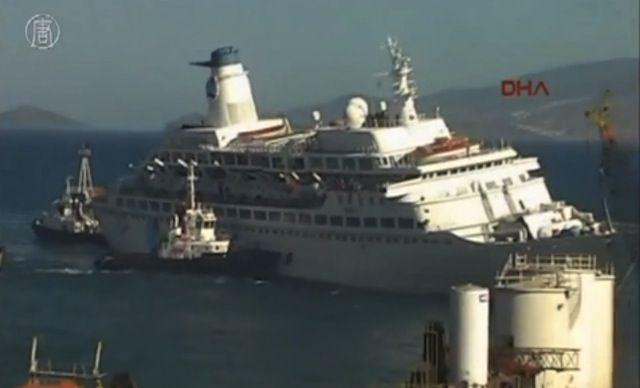 Das Love Boat mit starker Schlagseite beim Einlaufen in die Werft / © Youtube Video (NTDTV)