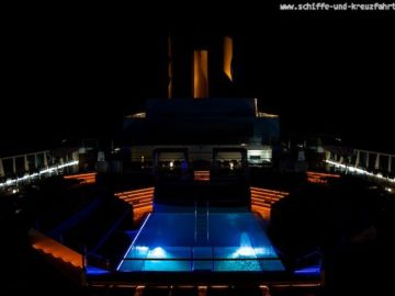 Pooldeck bei Nacht - Costa neoRomantica