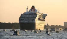 Queen Mary 2 verlässt Blohm & Voss Dock am 17. Juni 2016