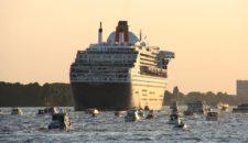 Bilder: Große Verabschiedung der Queen Mary 2 aus Hamburg
