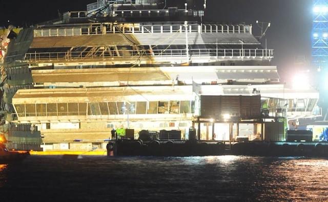 Die aufgerichtete Costa Concordia vor Giglio