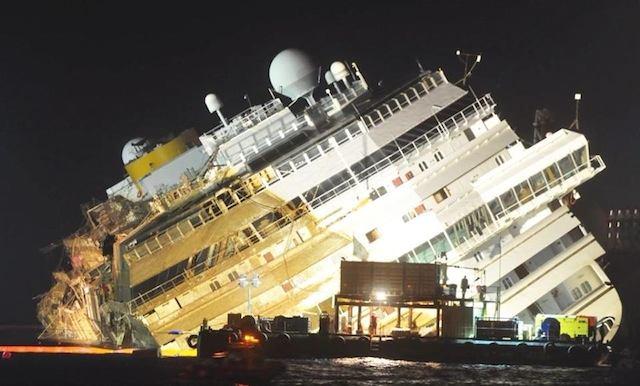 Costa Concordia bereits um 35 Grad aufgerichtet / © Frank Behling