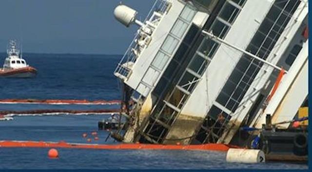 Das Wrack der Costa Concordia richtet sich auf