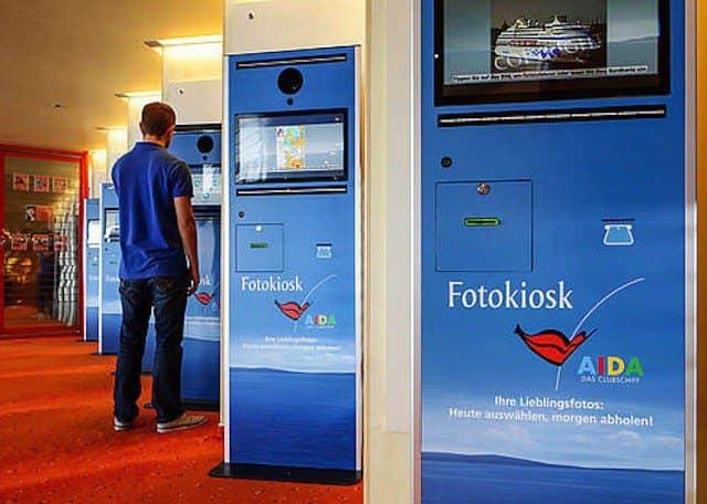AIDAcara Fotokiosk - Bilder am Computer bestellen / © AIDA Cruises