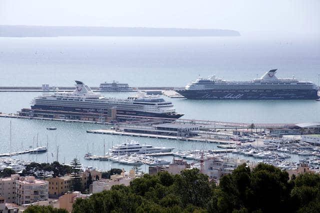 Mein Schiff 1 und Mein Schiff 2 auf Mallorca - das erste Flottentreffen von TUI Cruises im Jahr 2012 / © TUI Cruises
