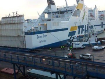Die Peter Pan nach ihrem Unfall in Trelleborg auf der Pier