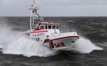 Seenotretter bergen Personen von abgestürztem Helikopter in Ostsee