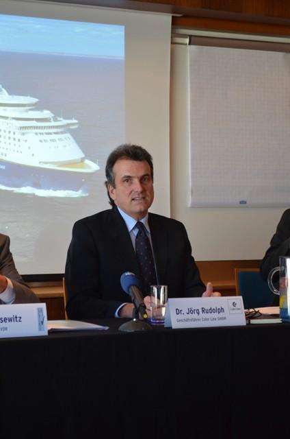Dr. Jörg Rudolph präsentiert die ersten Zahlen für 2013 - Bildquelle: Schiffe und Kreuzfahrten