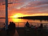 A-Rosa Silva Gäste am Bug - Sonnenuntergang auf der Donau