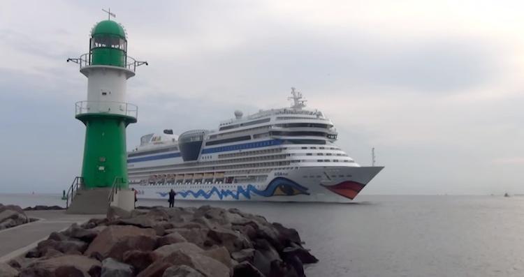AIDAmar beim Einlaufen nach Warnemünde / © Inselvideo (Screenshot)