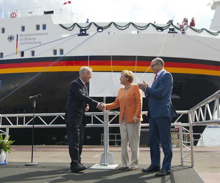 Angela Merkel und Werftchef Bernard Meyer vor der Sonne / © Meyer Werft