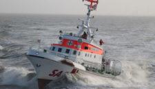 DGzRS bringt Notarzt zu verunglückter Frau auf die Elbe