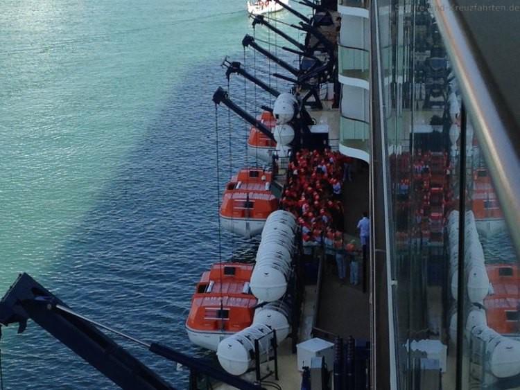 Die Passagiere warten auf das Einsteigen in die Rettungsboote