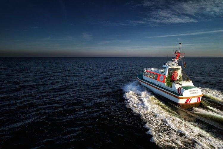 """Seenotretter """"Gerhard ten Doornkaat"""" im Einsatz auf See / © DGzRS"""