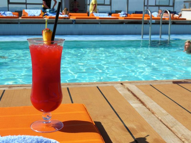 Cocktail am Pool der Mein Schiff 3