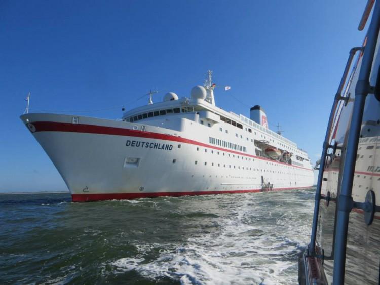MS Deutschland auf Reede vor Sylt