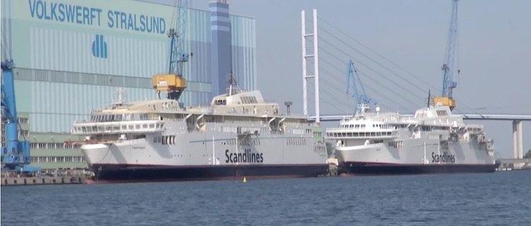 """""""Berlin"""" und """"Copenhagen"""" vor der insolventen P+S Werft in Stralsund / © Inselvideo"""