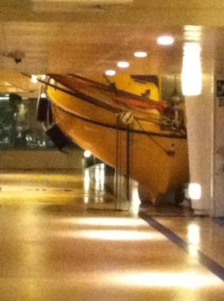 Rettungsboot nach Welleneinschlag auf dem Deck / © Twitter User: twitter.com/exploreyourship