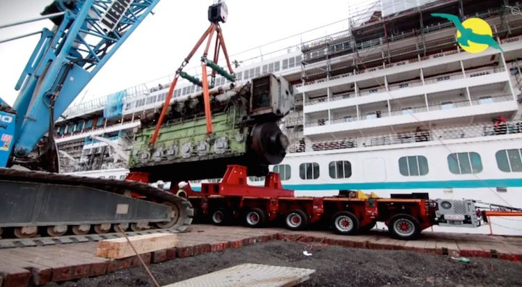 MS Artania bekam unter anderem neue Antriebsmaschinen beim Umbau 2014 / © Phoenix Reisen