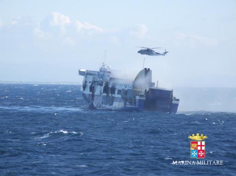 Norman Atlantic ist evakuiert - Bergung in den Hafen von Vlora / © Italienische Marine