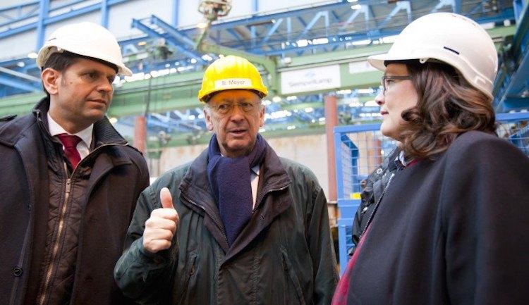 Andrea Nahles im Gespräch mit Bernard Meyer / © Meyer Werft