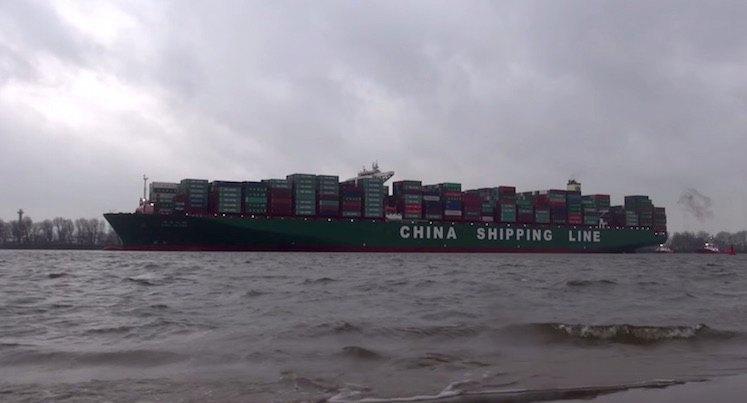 Die CSCL Globe in Hamburg bei ihrem Erstanlauf: 19.000 Container auf 400 Metern