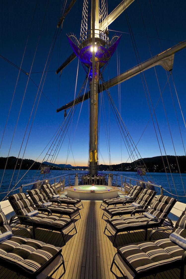 Das Deck und der Mast der Running on Waves am Abend / © Bow Line GmbH
