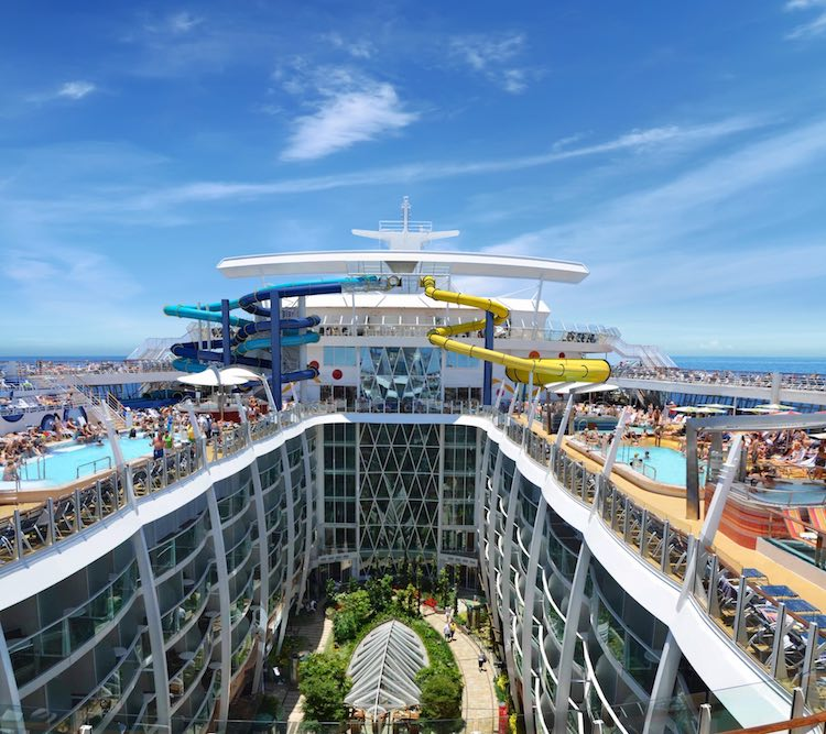 Pooldeck und Innenraum der Harmony of the Seas / © Royal Caribbean