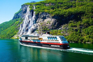 Hurtigruten baut 9 Kreuzfahrtschiffe auf LNG und Akku-Antrieb um.