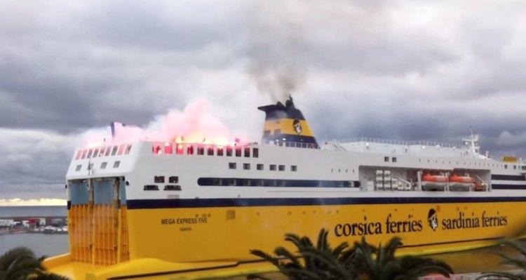 Pyrotechnik brennt an Bord einer Fähre von Corsica Ferries / © Screenshot Youtube (hwww.youtube.com/watch?v=SRaXnY5BTUQ)