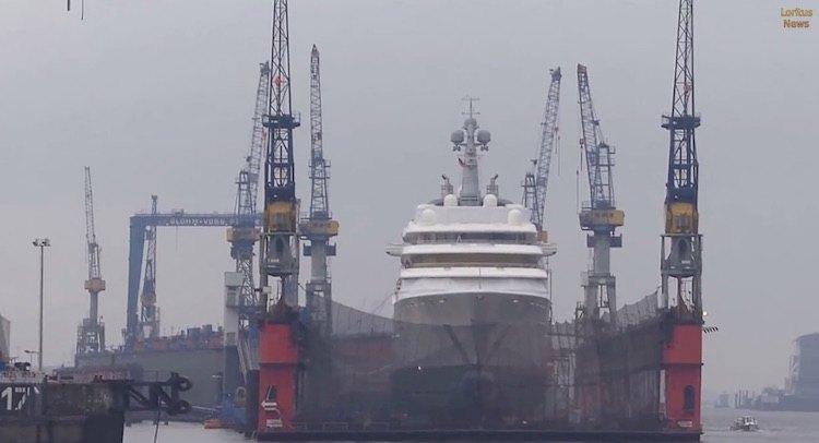 """Die Yacht """"Eclipse"""" im Schwimmdock von Blohm und Voss in Hamburg / © Loritus News Youtube (Screenshot Video)"""
