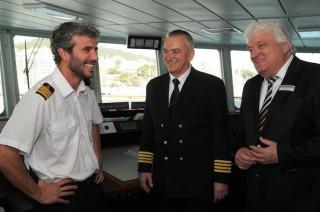 Hans Meiser mit Kapitän Vladimir Vorobyov auf der Brücke der MS Hamburg / © Plantours Kreuzfahrten