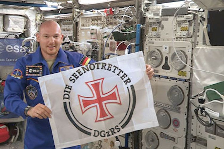 ISS-Astronaut Alexander Gerst mit DGzRS-Flagge im All / © DGzRS
