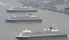 Cunard Queens fahren Formation in Liverpool